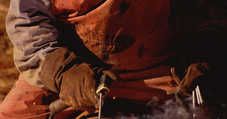 Cómo hacer una soldadura TIG con bronce silicio. La soldadura TIG usa varillas de bronce silicio y genera menos deformación de los componentes de metal que estás soldando. Esta disminución en la deformación reduce la cantidad de trabajo de acabado requerido para enderezar los paneles de metal, y la silicona rellena fácilmente el metal que pueda contener residuos de pintura o corrosión, ...