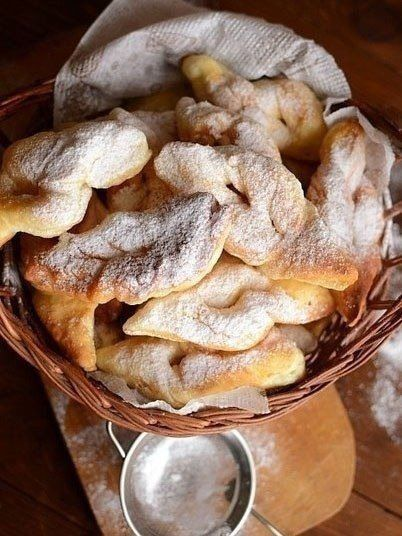 Вергуны<br>#еда #рецепты #кулинария<br><br>От хвороста отличаются своей пышнотелостью и кисломолочным происхождением. Классная штука: продуктов требует минимум, готовится быстро, а на выходе имеем море удовольствия. <br><br>Ингредиенты: <br><br>Кефир — 1 стакан <br>Яйцо — 1 шт. <br>Соль — ½ ч. л...