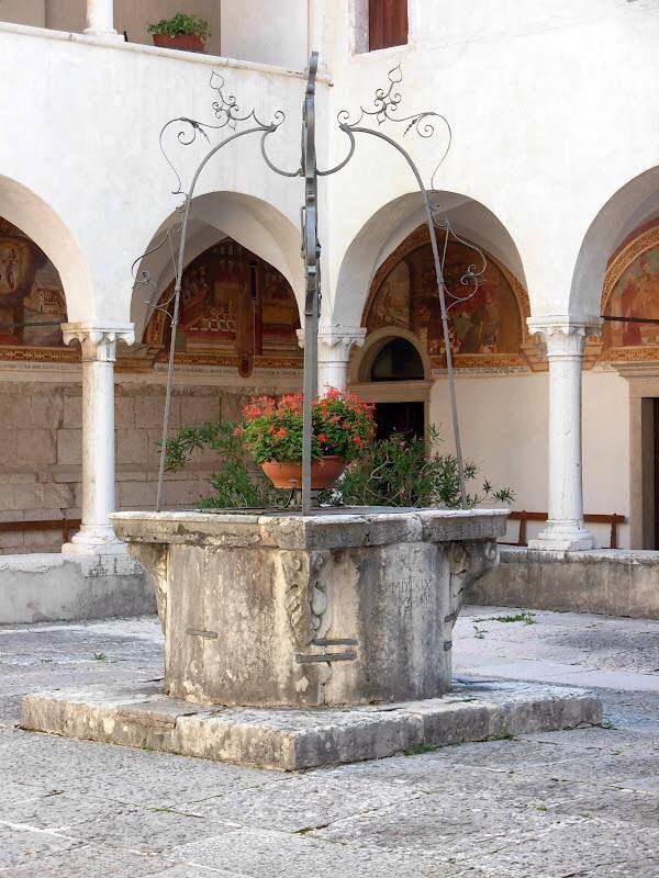 Il pozzo nel Santuario dei Santi Vittore e Corona Feltre Belluno Dolomiti Veneto Italia