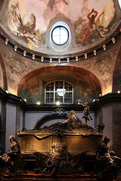 Die Maria-Theresia-Gruft in der Kapuzinergruft, Österreichs größte Gruft in Wien. In der Bildmitte der Doppelsarkophag des Kaiserpaars Maria Theresia (1717-1780) und Franz I. (1708-1765), der bereits 16 Jahre vor dem Tod der Kaiserin von Balthasar Ferdinand Moll (1717-1785) nach ihren Wünschen gefertigt wurde. Rechts in Summe 6 Sarkophage/Särge mit Töchtern, Schwiegertöchtern und Enkelinnen Maria Theresias.
