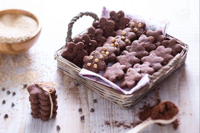 I biscotti alla quinoa e cioccolato sono frollini senza glutine preparati con farina di quinoa e mais e arricchiti con cacao e cioccolato fondente.