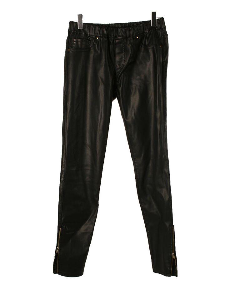 Pantalones negro tipo de cuero con detalle de bolsillos falsos y cremalleras al final de la pierna. Elástico en la cintura. look zombie girl 30€