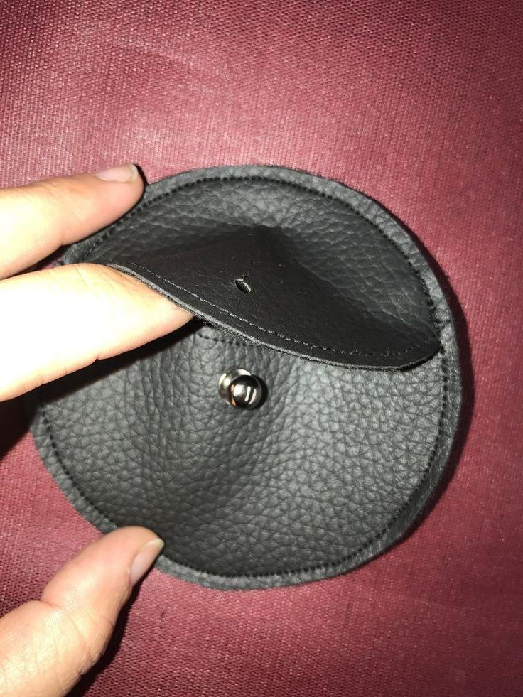 Découvrez comment coudre ce petit porte monnaie en cuir, super pratique ! Il se glisse dans tous vos sacs ou s'offre à vos proches :) Suivez le tuto DIY en cliquant sur le lien !