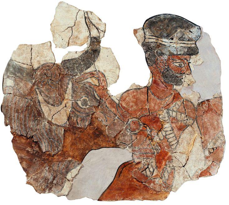 Este fragmento de las pinturas de la sala del trono en el palacio de Mari muestra como un sacerdote conduce al sacrificio un toro con los cuernos adornados con láminas de oro.