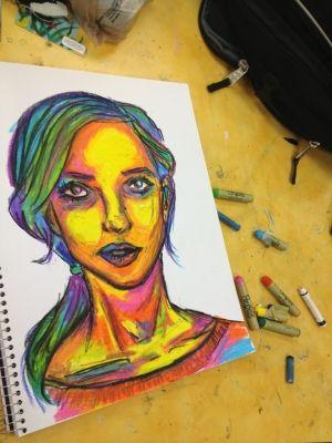 Retrato multicolor de una chica, realizado sobre un blog con pinturas blandas, es decir, de cera y sombras.