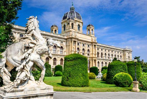 La capital austriaca tiene miles de atractivos, pero hay lugares que hay que ver en Viena de manera obligada, entre ellos algunos palacios o su catedral.