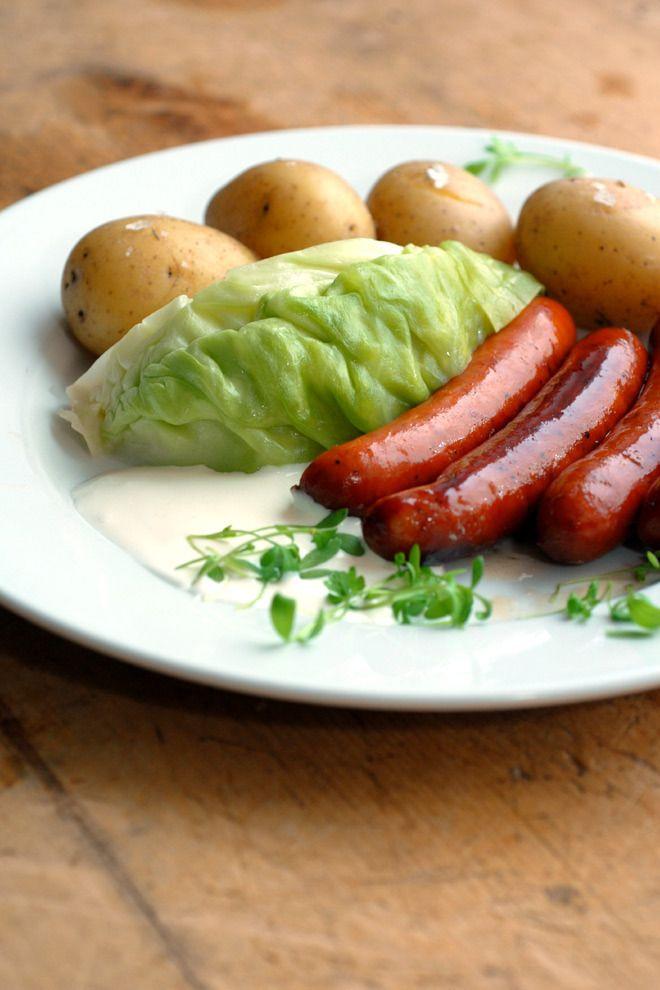 Når det enkleste er det beste – Nykål med poteter og kjøttrike pølser. Dette er rask og snadder hverdagskost med få ingredienser!