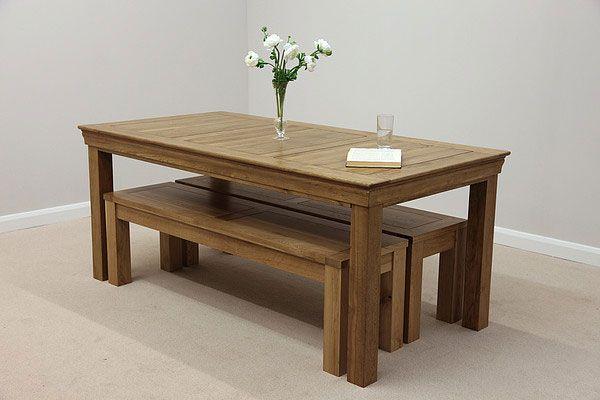 Mesa com bancos ao invés de cadeiras, adorei essa proposta com eles embaixo da mesa, podendo otimizar o espaço quando não estão sendo utilizados. Ideal para salão de festas.