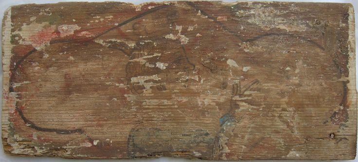 • TAVOLA I ter cm 44,5 x 19,5 x 1,8 RE CORONATO Legno del retro in cui si riscontra la presenza del TARLO VIVO, molto tarlato e deteriorato soprattutto nella parte destra, due fori a sinistra che corrispondono sul davanti e sono stati approssimativamente chiusi da una stuccatura. La pellicola pittorica e l'imprimitura sono quasi completamente sparite, tranne alcune tracce che permettono la ricostruzione del soggetto raffigurato, fra larghe zone di legno nudo; a peggiorare lo stato…