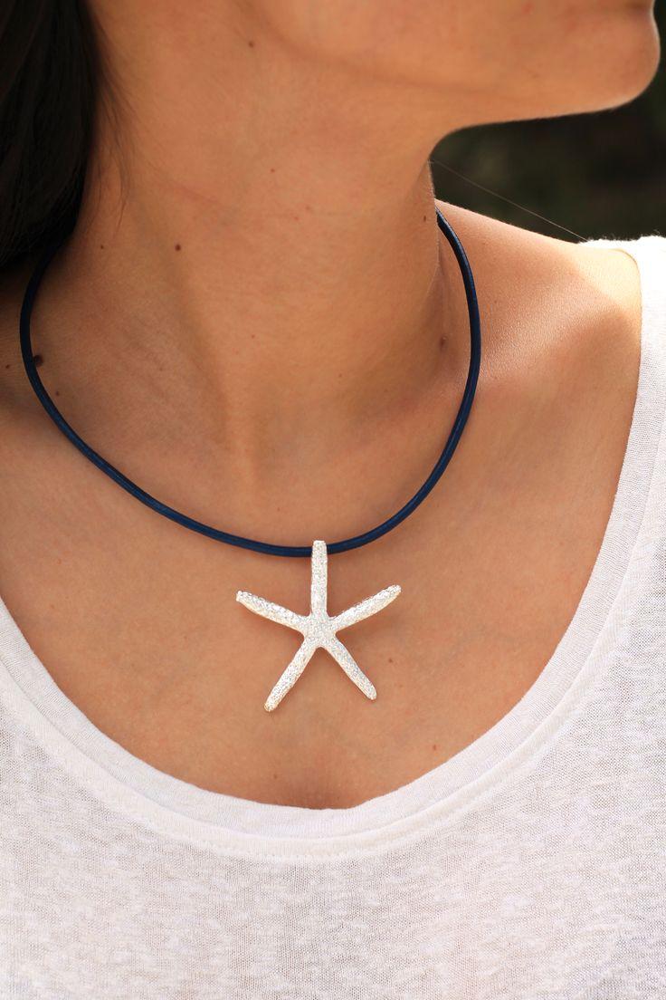 Bonito #colgante en forma de estrella de mar, bañada en #plata, montada con cordón de cuero azul  y mosquetón de plata. #verano #summer #bisuteria #collar #jewelery