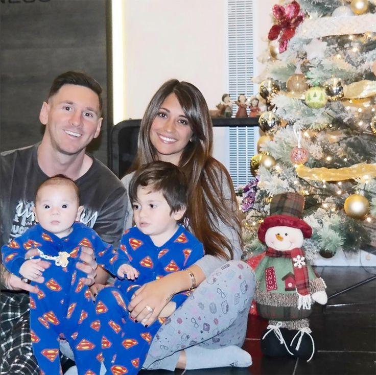 Palpitando la Navidad en familia, los hijos del crack vestidos con un enterito de Superman y la feliz pareja en pijama, todos con un look de entrecasa (11 de Diciembre de 2015)
