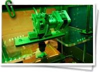 El material del que se sirven las impresoras 3D no es barato y esto constituye uno de los impedimentos para su uso y difusión. Se trata habitualmente de plástico ABS (acrilonitrilo butadieno estireno), resistente y de múltiples usos en la industria, desde la automovilística a la electrónica, pasando por algunos tipos de juguetes. + info: www. barrameda.com.ar/dp/