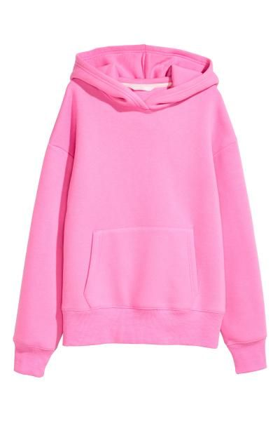 Een sweater van stevige joggingstof met een gevoerde capuchon. De sweater heeft flink verlaagde schoudernaden, een kangoeroezak voor en een geribde boord aa