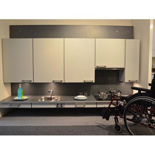 Op deze lage stand is de keuken geschikt voor mensen die met de voeten koken. Elektrisch breng je op een hoogte voor mensen die staand koken.