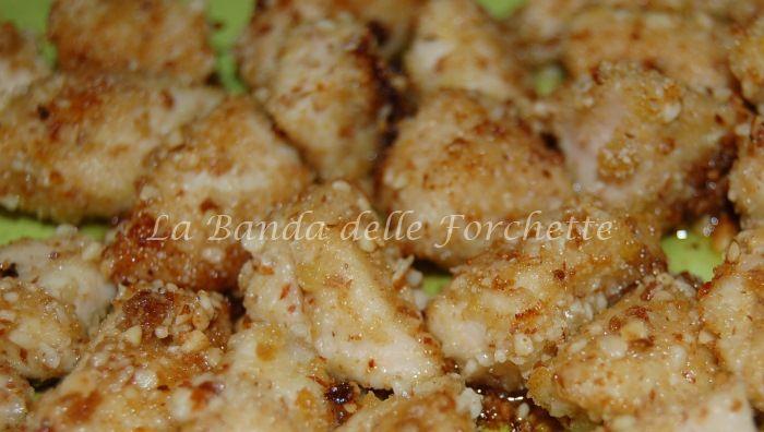 Dadini di pollo in panatura di mandorle, pinoli e limone