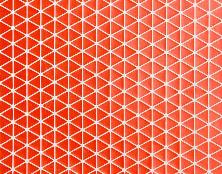 Technique innovante et avant-gardiste d'une impression rigide sur voile, la forme triangulaire du motif permet d'avoir des étoffes modulables en trois dimensions. Fabriqué en France. Finition artisanale. Aspect délavé. Chaque production est unique, l'aspect est aléatoire sur toute la surface du tissu.