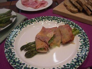 Gli involtini di prosciutto cotto e asparagi sono un piatto dal colore e dal sapore tipicamente primaverile semplici e veloci da preparare.