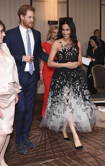 Meghan Markle in abito di tulle  al cocktail di Sidney la duchessa è una  favola. Guarda le foto  1de10b78a38