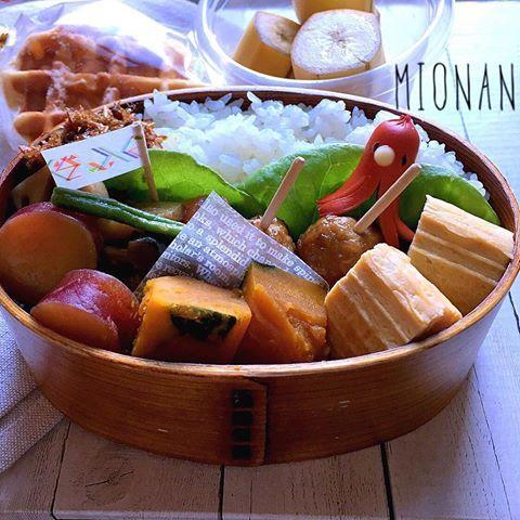 煮まくり弁当ちゃん(⁎⁍̴̆Ɛ⁍̴̆⁎) おやつはワッフルちゃん(⁎⁍̴̆Ɛ⁍̴̆⁎) #お弁当 #おべんとう #お昼ごはん #お昼 #lunchbox #lunch #曲げわっぱ #キャラ弁 #タコさんウインナー #筑前煮 #かぼちゃの煮物 #さつまいもの甘煮 #バナナ #ワッフル #waffle #パールシュガー #ワッフルシュガー #cooking #banana #perfume #マステ