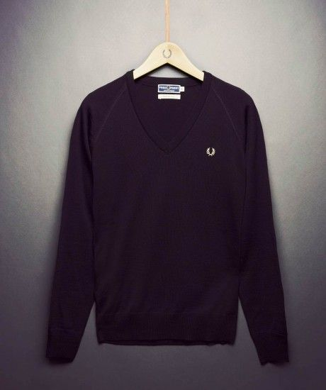 Made in Italy, the home of fine knitwear, the classic V neck sweater, complete with heritage branding forms part of the Laurel Wreath Re-issues collection. Crafted in soft pure wool and finished with self colour rib details at the cuff, hem and neck.