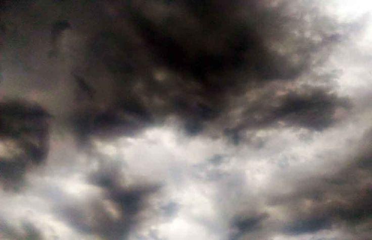 Ventania arrancou telhado de galpão, que caiu sobre casas no Aero Rancho. Ninguém se feriu. #PrevisãoDoTempo fala em céu nublado e altas temperaturas durante a semana. http://www.comunidadems.com.br/campo-grande-chuva-forte-galpao/