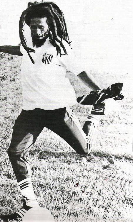 Bob Marley playing soccer with Santos FC shirt.