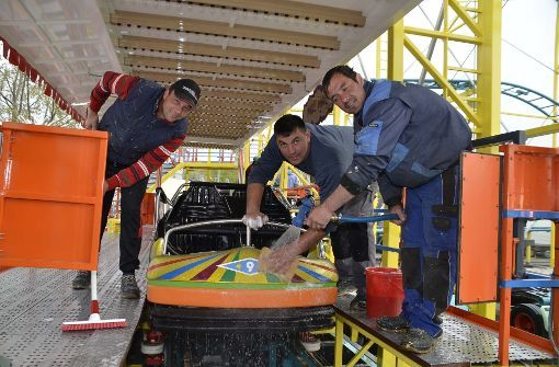 Für das Frühlingsfest werden auf dem Cannstatter Wasen die ersten Fahrgeschäfte und Achterbahnen aufgebaut. Foto: Andreas Rosar Fotoagentur-Stuttgart