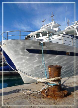 Un chalutier dans le port de pêche de Sète