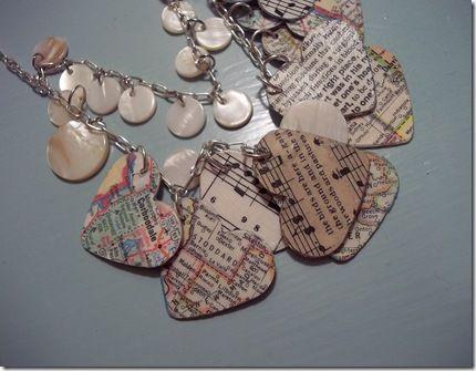 Necklace made of hearts sheet music, maps and old books - Collar corazones hechos de partituras, mapas y libros viejos