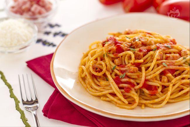 Gli spaghetti col rancetto fanno parte della tradizione culinaria umbra: sono un primo piatto sostanzioso a base di pancetta.