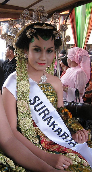 Javanese bride - amazing gold embellishments