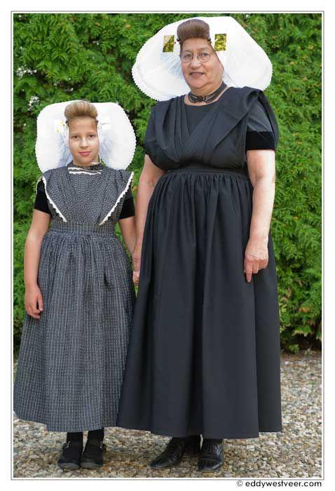 In Een kleurrijk afscheid (2011), een studie naar Nederlandse rouwrituelen, is een apart hoofdstuk gewijd aan de geschiedenis van rouwkleding. Pas in de negentiende eeuw werd zwart definitief de dominante rouwkleur.