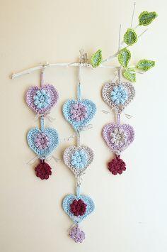 Crocheted hearts wall hanging on branch Tutorial ༺✿Teresa Restegui http://www.pinterest.com/teretegui/✿༻