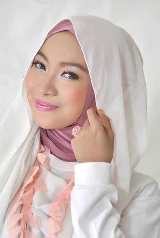 Ika Nurmuwalikhah, 17 years old from Indonesia. View her full biography and vote her to be The World Muslimah 2014. http://tinyurl.com/wma2014-09071785 #nominee #onlineaudition #WorldMuslimah2014
