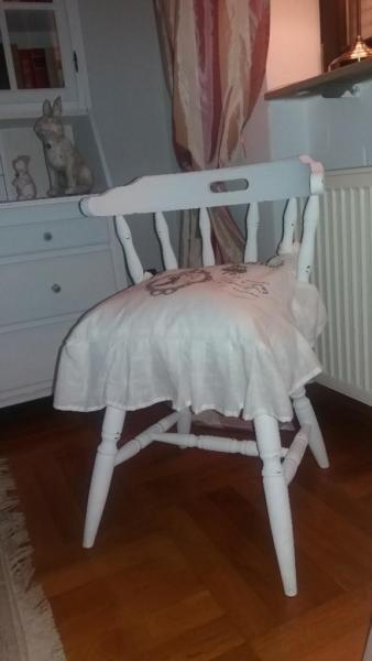 Stilvoll sitzen am Schreibtisch oder auch als Einzelstück geeignet.Der Stuhl erinnert auch an den amerikanischen Countrystil.Er ist ein aufwendig aufgearbeitetes Unikat in Old-English-White mit Antik Finish.Verkauf ohne Kissen.Aus tierfreien und Nichtraucher Haushalt.