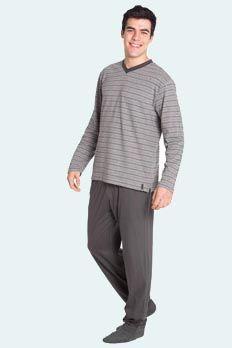 Conjunto 100% algodón. Camiseta cuello pico y manga larga, jacquard de rayas en tonos gris, gris marengo y granate combinada con pantalón largo liso color gris marengo con bolsillos. Look actual y muy elegante.
