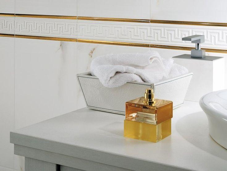 azulejos de símil mármol con franjas doradas