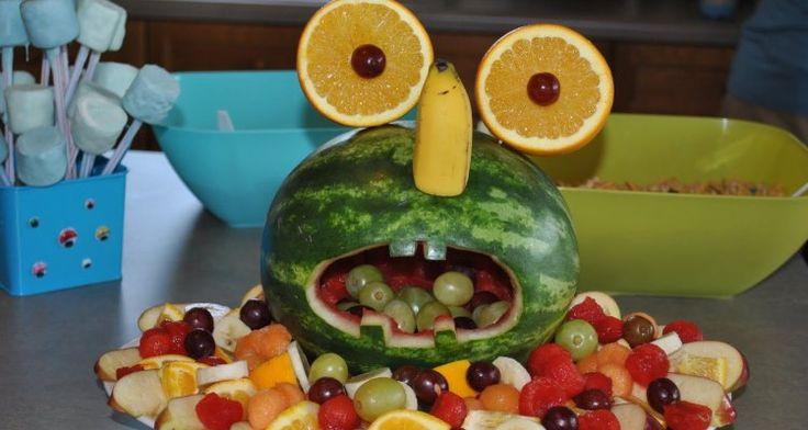 Met een watermeloen kun je een leuke gezonde traktatie maken. Kijk maar eens naar deze watermeloen, het is een echt monster geworden!