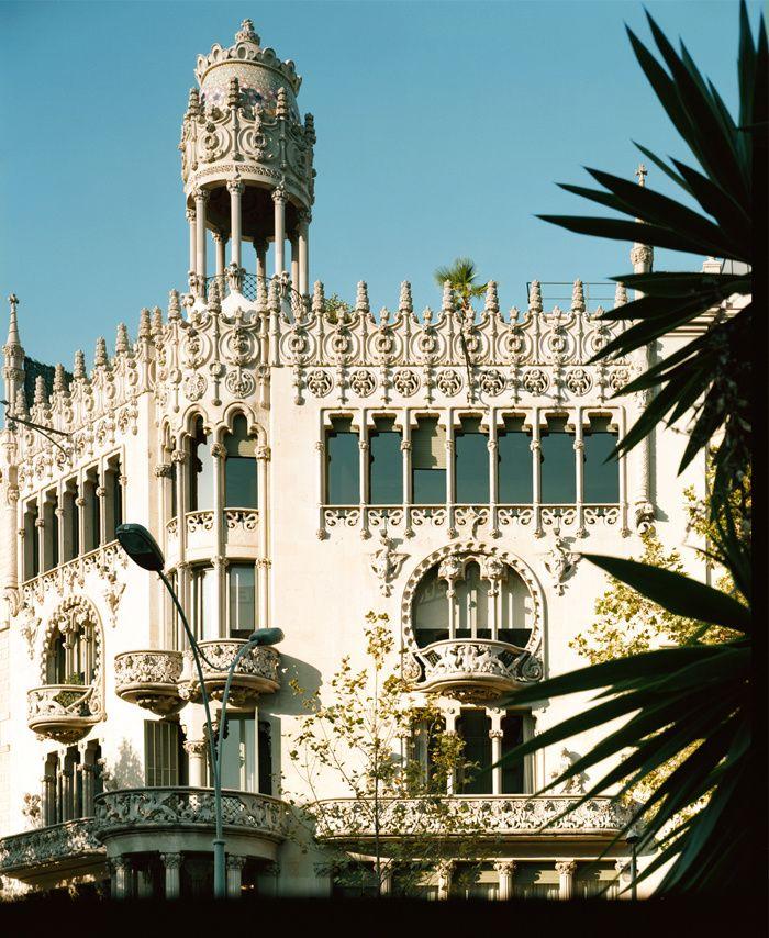 Barcelone flamboyante et moderniste / Lluis Domènech i Montaner fut, derrière Gaudí, le chantre du modernisme catalan, mouvement national somptueux qui prit son essor à la fin du XIXe siècle. Sur les traces de l'architecte, voici les plus emblématiques des édifices qu'il a offerts à la ville.