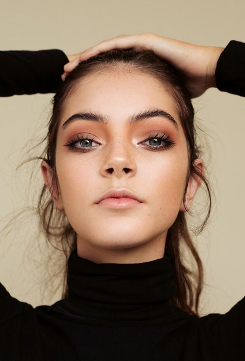 1er look, makeup glowy presque effet mouillé sur paupière et sourcils, bruns, yeux marqués