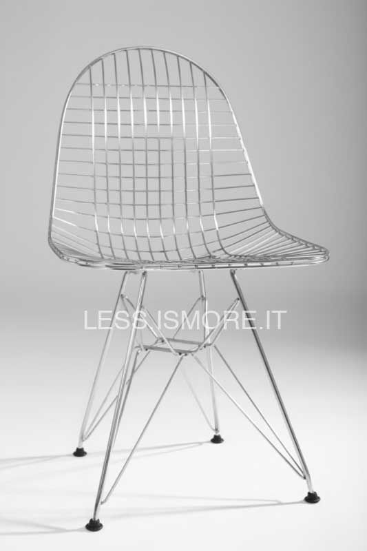 Sedia Wire DKR, Eames, 1951. Per questo prodotto, l'apporto artistico di Ray Eames incontra la sensibilità più ingegneristica di Charles Eames, realizzando un design dai valori armonici ed equilibrati, comuni a entrambi. La forma organica offre comfort anche senza bisogno di un rivestimento, nonostante la sedia si presti ad accogliere imbottiture per la seduto o per lo schienale, che creano un effetto ottico originale e d'effetto.