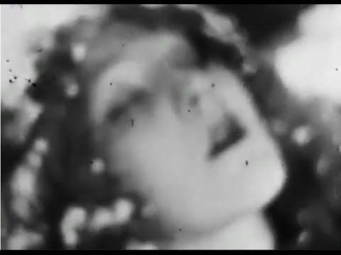 マッチ売りの少女1928/ 「きよしこの夜」 「アヴェマリア( シューベルト)」/パリ木の十字架少年合唱団 - YouTube