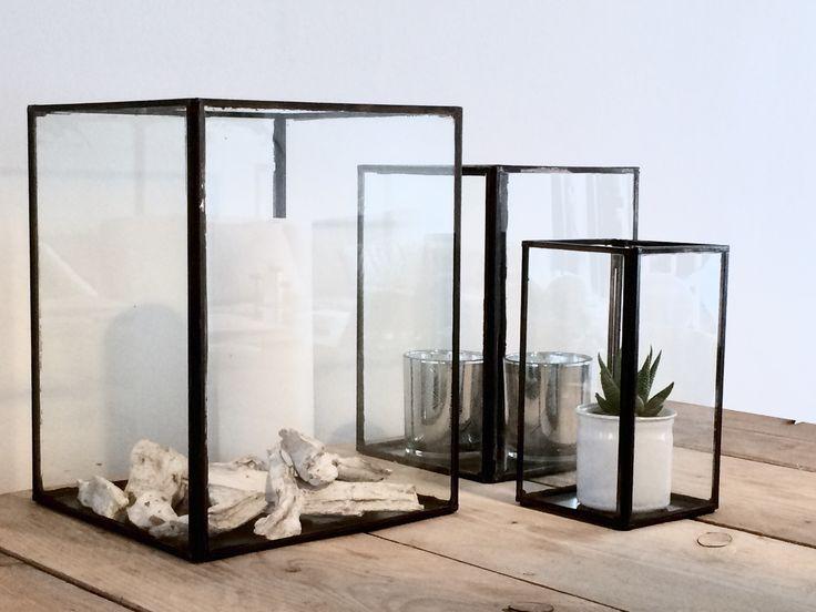 Heb je kleine accessoires die je niet kwijt wilt? Doe ze in deze glazen boxen. Zo creëer je een rustiger beeld.