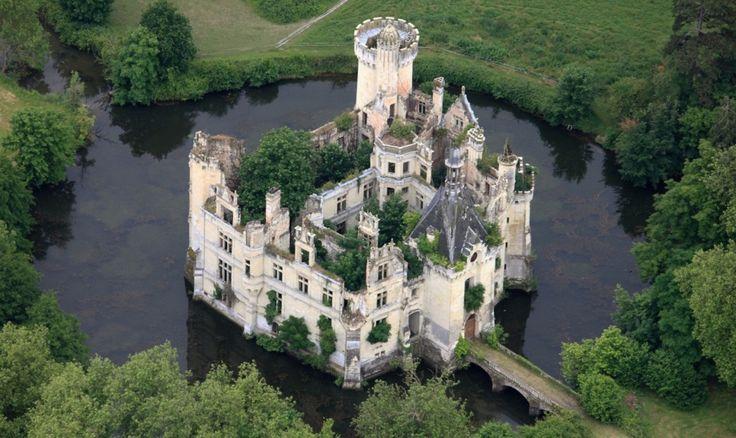 Cultuur en natuur komen samen in het verlaten Franse kasteel Château de la Mothe-Chandeniers.