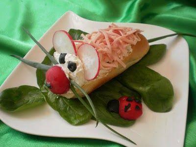Trebuie sa recunosc ca pana acum sandwich-urile mele aratau de forma doua felii de paine intre care se regasea ceva branzica,mezeluri sau piept de pui,frunze de salata sau rondele de castraveti ) simplu de facut si fara prea mare efort . De curand particip la o provocare venita din partea Hochland care consta in realizarea