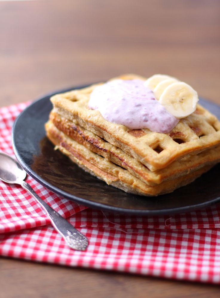 Vafler med bringebærkrem og banan: 2 egg 60 g havremel 40 g havregryn ca 2-3 dl melk 1 ts kardemomme 2 dråper stevia vanilje en klype salt 1 ss smør til steking