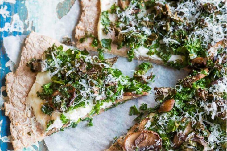 Boerenkoolpizza - Deze pizza van volkorenmeel met boerenkool en champignons klinkt misschien een beetje vreemd, maar lekker is hij zeker! Een heerlijke combinatie die bewijst dat pizza best een verantwoorde keuze kan zijn. En de kids zullen smullen!