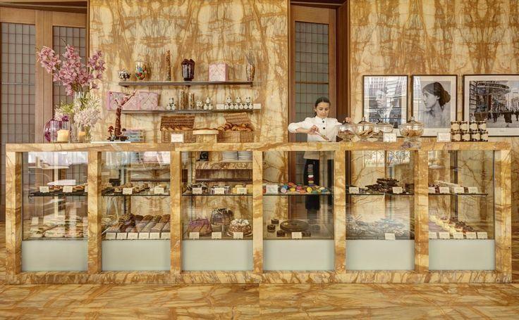 InHotel Café Royal, een prachtig hotel aan Piccadilly Circus in Londen, vind je The Café. Hier kun je terecht voor een kopje thee en een scone, een lekkere cappuccino of een uitgebreid ontbijt. Het interieur van dit café is fabuleus: wanden en bar gemaakt van het beste marmer uit het ToscaanseSienna, een grote glazen vitrine …