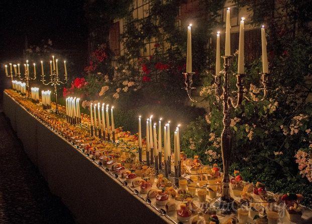 Il grande buffet di dolci a luce di 100 candele