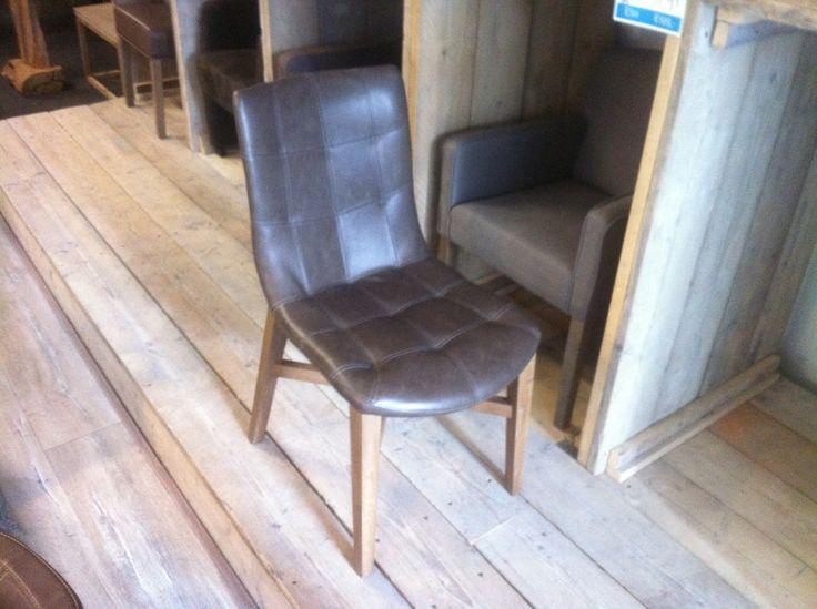Mooie trendy eetkamer stoel met grijze eiken poot en een vintage stof. Een stoel met erg veel comfort en een lust voor het oog.